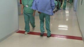 Medisch personeel in gang (2 van 2) stock footage