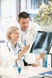 Medisch team dat x-ray beeld bespreekt royalty-vrije stock fotografie