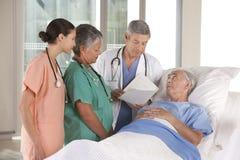 Medisch team dat resultaten bespreekt stock foto