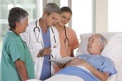 Medisch team dat resultaten bespreekt stock afbeeldingen