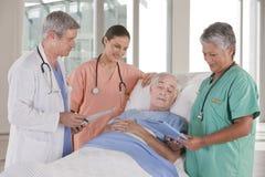 Medisch team dat resultaten bespreekt stock fotografie