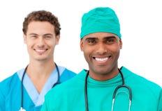 Medisch team dat zich in een rij bevindt Stock Afbeeldingen