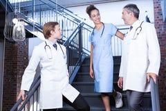Medisch team die met elkaar op trap interactie aangaan royalty-vrije stock foto