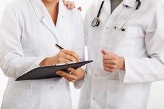 Medisch team die probleem bespreken stock fotografie