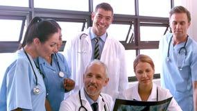 Medisch team die röntgenstraal bekijken stock videobeelden