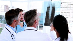 Medisch team die röntgenstraal samen bekijken stock footage