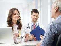 Medisch team met bejaarde patiënt Stock Foto