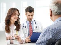 Medisch team met bejaarde patiënt Stock Fotografie