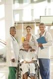 Medisch team met patiënt Stock Foto's