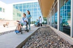 Medisch Team With Patients On Wheelchairs bij royalty-vrije stock fotografie