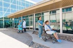Medisch Team With Patients On Wheelchairs bij stock fotografie