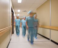 Medisch Team Walking In Hospital Corridor stock afbeeldingen