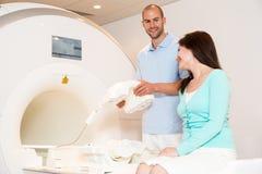 Medisch technisch assistent die aftasten van knie met MRI voorbereiden Stock Afbeeldingen