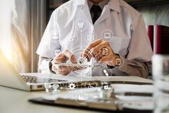 Medisch technologieconcept arts het werken stock fotografie