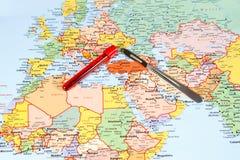 Medisch Toerismeconcept met de scalpel van de wereldkaart en royalty-vrije stock foto's