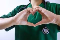 Medische achtergrond met dichte omhooggaand van arts met stethoscoop stock fotografie