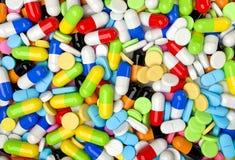 Medische achtergrond met kleurrijke pillen en capsules Stock Afbeelding