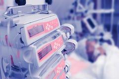 Medische afdeling met patiënt en het materiaal van de het levenssteun royalty-vrije stock afbeeldingen