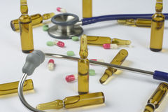 Medische ampullen, pillen en stethoscoop Stock Fotografie