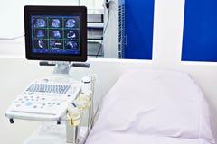 Medische apparaten voor ultrasone klank en bed stock foto's