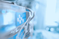 Medische apparatuur in de ICU-afdeling stock afbeelding