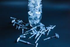 Medische apparatuur injecties geneeskunde Zwarte achtergrond royalty-vrije stock foto's