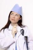 Medische arbeider die zijdelings kijkt Stock Foto