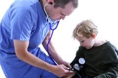 Medische arbeider en jonge jongen Stock Afbeeldingen