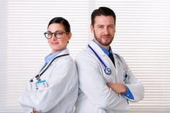 Medische arbeiders die zich rijtjes bevinden royalty-vrije stock foto's