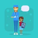 Medische Arts With Child Holding X Ray Hospital Examination Concept royalty-vrije illustratie