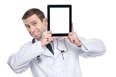 Medische arts die digitale tabletpc met het lege scherm tonen Royalty-vrije Stock Foto's