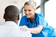 Medische arts die pateint troosten stock foto's
