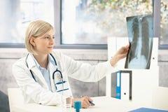 Medische arts die x-ray beeld analyseert Royalty-vrije Stock Foto