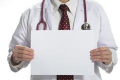 Medische arts die wit leeg document houden die de voorzijde op witte achtergrond onder ogen zien royalty-vrije stock afbeeldingen