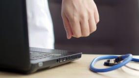 Medische arts die zijn laptop met behulp van op het werk stock footage