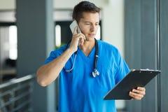 Medische arts het spreken Royalty-vrije Stock Afbeeldingen