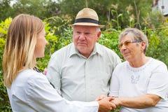 Medische arts met bejaard paar stock foto