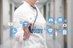 Medische Arts met stethoscoop en Gezondheidszorg voor bejaarden-pictogram in Medische netto Royalty-vrije Stock Foto