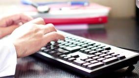 Medische artsenhanden die op computertoetsenbord typen stock video