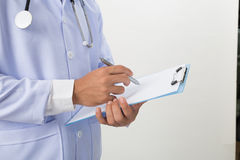 medische artsenmens met een pen die op klembord schrijven Medische behandeling Stock Fotografie
