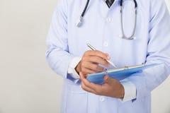 medische artsenmens met een pen die op klembord schrijven Medische behandeling Stock Foto