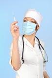 Medische artsenvrouw met een beschikbare spuit Royalty-vrije Stock Foto's