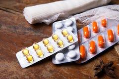 Medische bandag en pillen op de houten achtergrond Sluit omhoog Royalty-vrije Stock Afbeelding