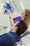 Medische behandeling op het tandartskantoor Stock Afbeeldingen