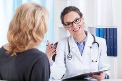 Medische benoeming in spreekkamer Stock Foto's