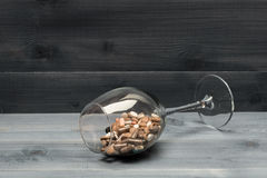 Medische capsules en tabletten binnen wijnglas Royalty-vrije Stock Fotografie