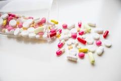 Medische Capsules Farmaceutisch geneesmiddel Antibiotische pijnstiller of verdovend Vele verschillende kleurrijke pillen drogiste stock foto