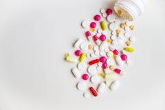 Medische Capsules Farmaceutisch geneesmiddel Antibiotische pijnstiller of verdovend Vele verschillende kleurrijke pillen drogiste royalty-vrije stock foto's