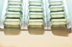 Medische capsules in pakket royalty-vrije stock afbeeldingen