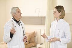 Medische collega's die over de baan spreken Royalty-vrije Stock Fotografie